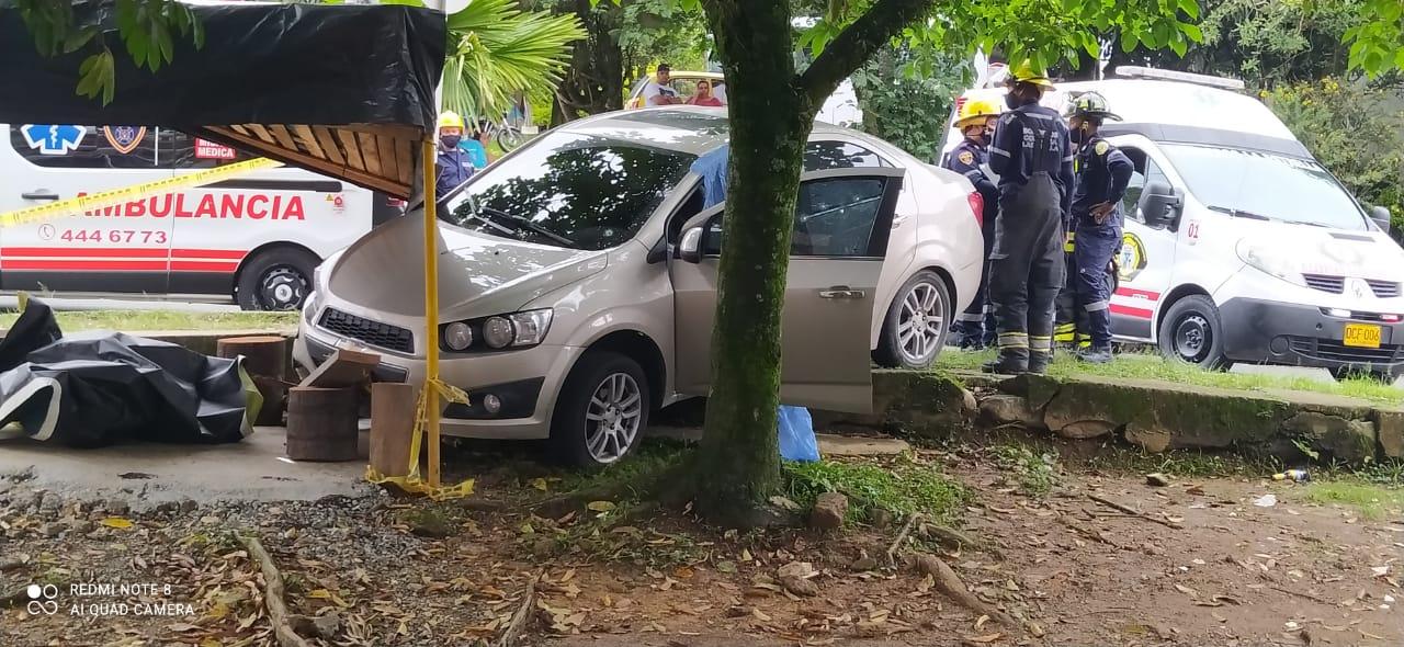 En este carro viajaban las víctimas, cuando se produjo el ataque sicarial en el municipio de La Estrella. Foto de cortesía.