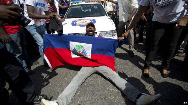 150808030708_sp_haiti_bandera_protesta_624x351_ap