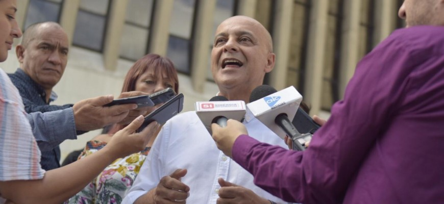 Con un inusual acto en la puerta de la Asamblea el ahora ex diputado Rigoberto Arroyave anunció que será candidato a la alcaldía de Bello.