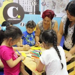 Familia en la carpa de Prensa Escuela de El Colombiano